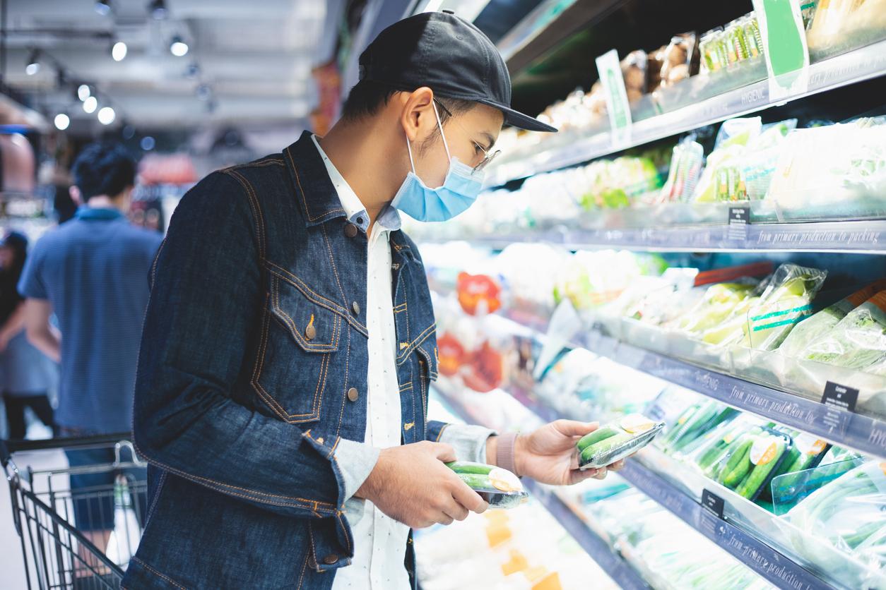 men shopping for food during the Coronavirus outbreak
